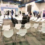 sillas blancas para eventos y conferencias