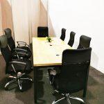 Mesa y sillas escritorio para para juntas